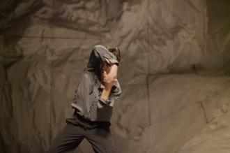 Kenji Takagi in Rough Cut di Pina Bausch, foto di Akiko Miyake